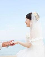 指輪交換する花嫁の横顔