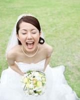 目を閉じて口を開ける花嫁