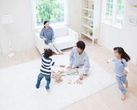 リビングで遊ぶ家族 11004091626| 写真素材・ストックフォト・画像・イラスト素材|アマナイメージズ