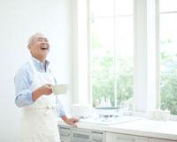 キッチンに立つシニア男性