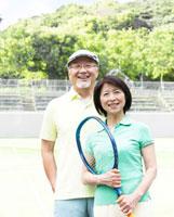 テニスラケットを持つシニア夫婦