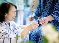 冷酒を飲むシニア                                             11004092506| 写真素材・ストックフォト・画像・イラスト素材|アマナイメージズ
