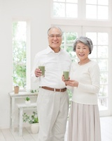 グラスを持つシニアの夫婦