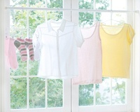 窓辺に干された洗濯物 11004093118| 写真素材・ストックフォト・画像・イラスト素材|アマナイメージズ
