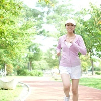 公園をジョギングする女性