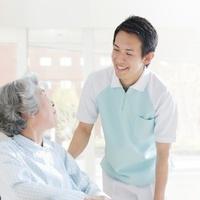 介護士と車椅子の女性
