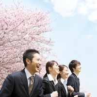 桜の前に立つ新入社員 11004095000| 写真素材・ストックフォト・画像・イラスト素材|アマナイメージズ