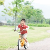 自転車に乗る男の子