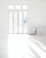 光が差し込むリビングルーム