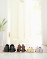 玄関に並んだ家族の靴