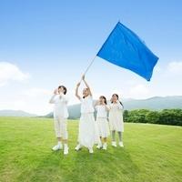 旗を掲げて叫ぶ女の子達