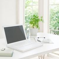 ノートパソコンと書類