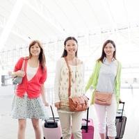 キャリーバッグを持って歩く女性達 11004096820  写真素材・ストックフォト・画像・イラスト素材 アマナイメージズ