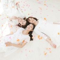 花弁と笑顔で寝転ぶ女性達