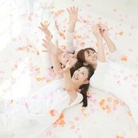 花弁の中で手を伸ばす女性達