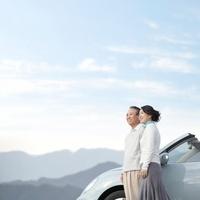 車のそばで遠くを眺める夫婦 11004097251  写真素材・ストックフォト・画像・イラスト素材 アマナイメージズ