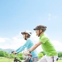 サイクリングをする中高年の日本人夫婦