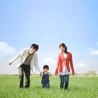 草原を歩く日本人家族