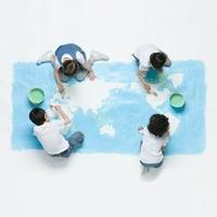 世界地図を描く4人の子供