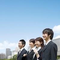 笑顔で遠くを眺める4人のビジネスマンとビジネスウーマン 11004098616| 写真素材・ストックフォト・画像・イラスト素材|アマナイメージズ