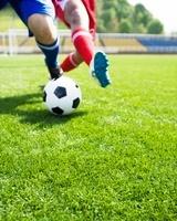 ボールを取り合う2人の選手の足元
