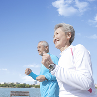 ジョギングをするシニア夫妻
