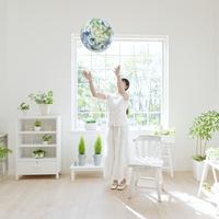 地球儀を投げる女性 11004099043  写真素材・ストックフォト・画像・イラスト素材 アマナイメージズ