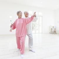 太極拳をする日本人のシニア夫妻 11004099087| 写真素材・ストックフォト・画像・イラスト素材|アマナイメージズ
