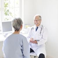 患者を診察する医者 11004099124| 写真素材・ストックフォト・画像・イラスト素材|アマナイメージズ
