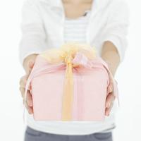 プレゼントボックスを持つ女性の手元