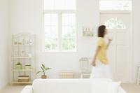 部屋の中を歩く女性 11004100056| 写真素材・ストックフォト・画像・イラスト素材|アマナイメージズ