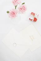 指輪と封筒と花
