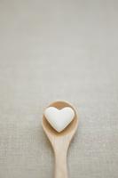 ハート型の砂糖とスプーン 11004100611  写真素材・ストックフォト・画像・イラスト素材 アマナイメージズ