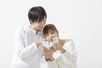 スマートフォンを見る日本人カップル