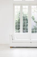 窓辺に置かれた白いソファ