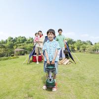 キャンプを楽しむ日本人家族