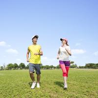 公園を走る男女