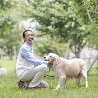 犬を触る中高年男性