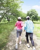 ジョギングをする中高年夫婦