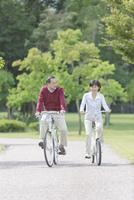 自転車に乗る中高年夫婦