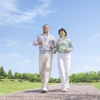 ウォーキングをする中高年夫婦 11004102453| 写真素材・ストックフォト・画像・イラスト素材|アマナイメージズ