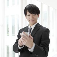 スマートフォンを持つビジネスマン 11004102807| 写真素材・ストックフォト・画像・イラスト素材|アマナイメージズ