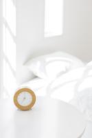 目覚まし時計とベッドルーム 11004102992| 写真素材・ストックフォト・画像・イラスト素材|アマナイメージズ