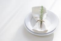 皿に置かれたナプキンとローズマリー 11004103117| 写真素材・ストックフォト・画像・イラスト素材|アマナイメージズ