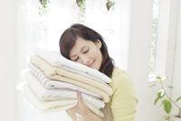 タオルに頬をつける女性