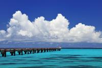 エメラルドグリーンの海と入道雲