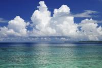 海上に湧き立つ入道雲