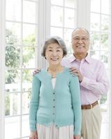 窓辺に立つ日本人シニア夫婦 11004103980| 写真素材・ストックフォト・画像・イラスト素材|アマナイメージズ