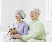 ソファに座る日本人シニア夫婦