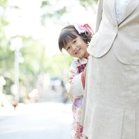 母親に寄り添う着物姿の娘
